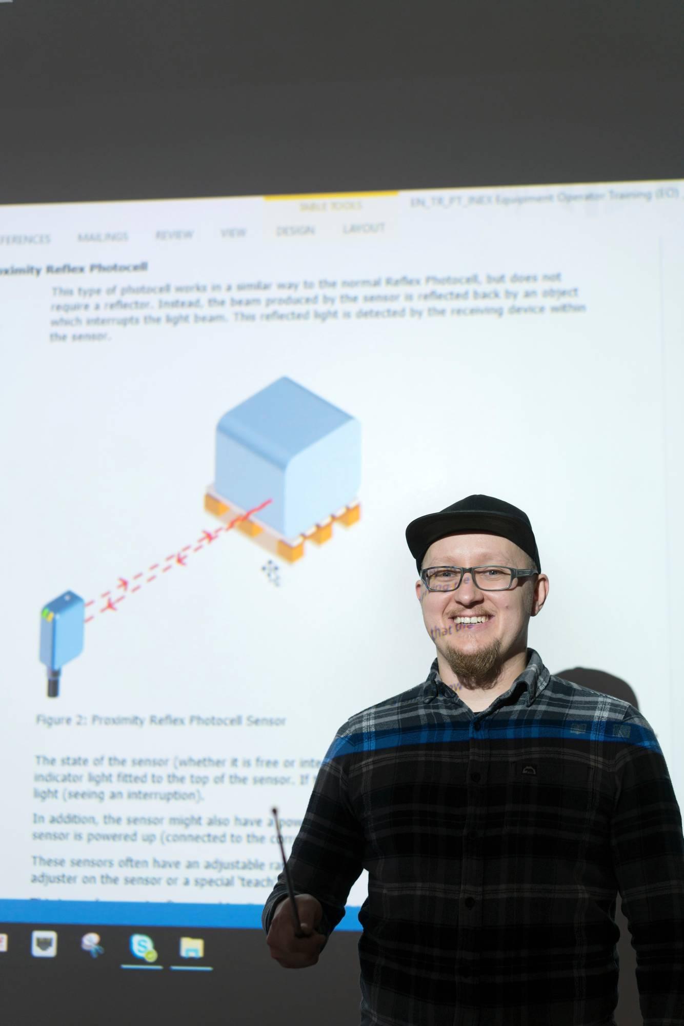 Hannu Ylikotilalle opetteli uuden tekniikan ulkomailla, ennen kuin ryhtyi opettamaan sitä työkavereilleen. Kuva: Jukka Rapo