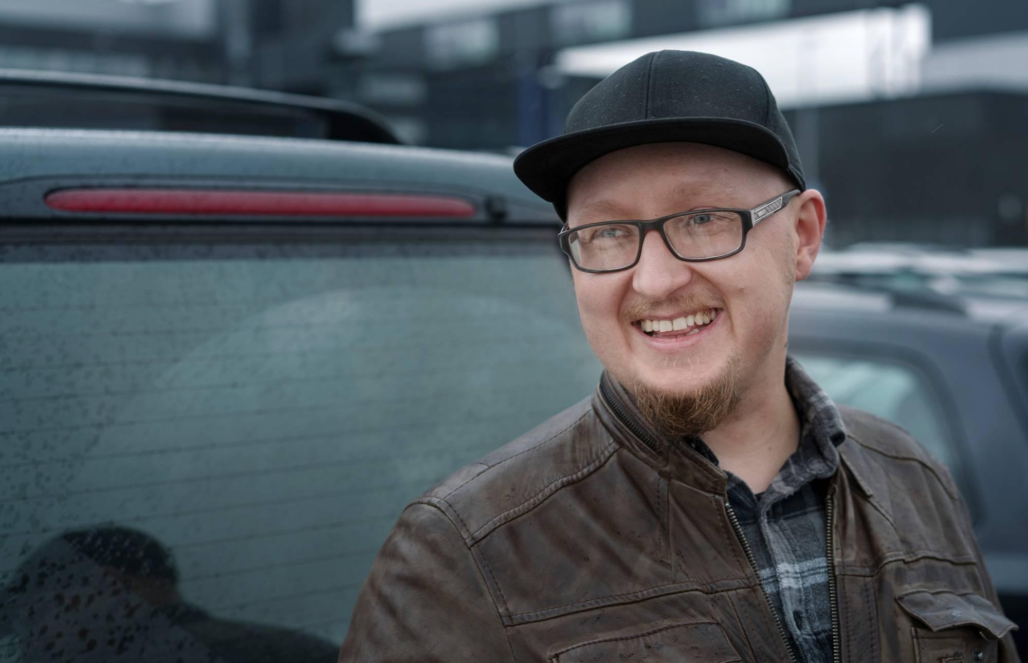 """""""Jotkut juovat rahansa, minun ei tarvitse, kun auto tekee sen puolestani"""", Hannu Ylikotila viittaa bensasyöppöön autoonsa. Työmatka kotiin Vantaalle on 35 km suuntaansa. Kuva: Jukka Rapo"""