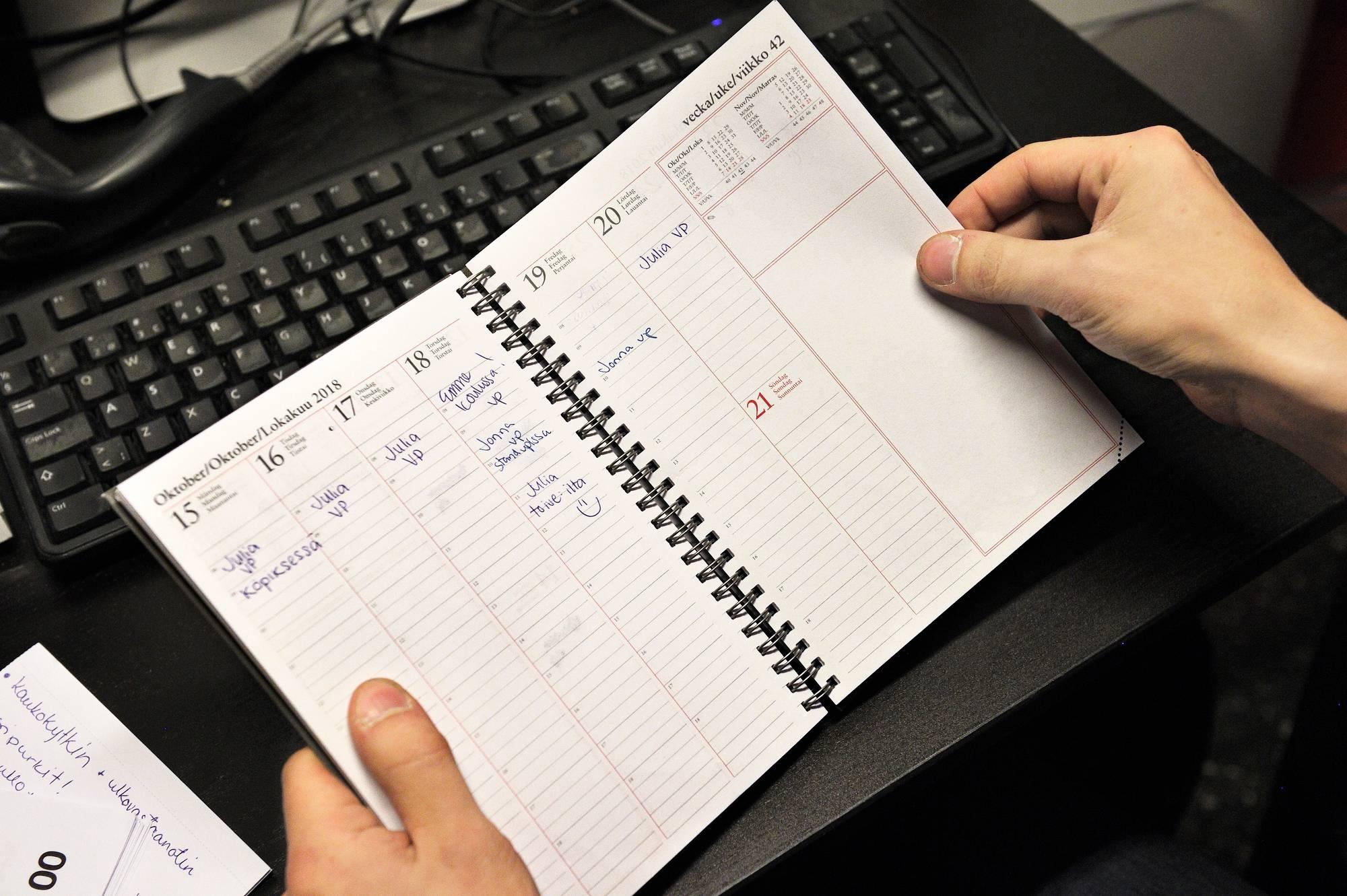 Hämeenlinnan Clas Ohlsonissa kukin työntekijä merkitsee vapaapäivätoiveensa toimistohuoneen kalenteriin. Kuva: Harri Nurminen