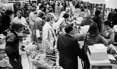 Hei kaupan työntekijä, tsemppiä sinne hulinaan! Arvostamme! 👍👍 Ja asiakkaat, olkaahan ihmisiksi! Ei törttöilyä eikä ikävää käytöstä, ja muista, että työntekijä ei ole syypää ruuhkaan. 😋 #vainpamjutut #töissä #palveluala #duunissa #työpaikka #kesä2018 #igersfinland #kesäduuni #kesätyö #työvuoro #juhannus #kaupassa #myyjä #ollaanihmisiksi #kiitospalvelusta #kassaruuhka #meemi