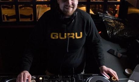 """💽 """"Parasta työssäni on ne hetket, kun näen miten ihmiset syttyvät tanssilattialla. Se tuo minulle todella paljon hyvää oloa, kun voi tuottaa iloa muille ihmisille. Tiedän onnistuneeni, kun huudot kuuluvat tiskille asti. Se on palkitsevaa."""" 💽 ➡️ Näin kertoo Matti, uusi pamilainen ja DJ Joensuusta. Matti liittyi PAMiin, koska työpaikan vaihdoin myötä hän halusi kuulua alaa vastaavaan ammattiliittoon. Tervetuloa Matti 220 000 jäsenen joukkoon! 🙌  #vainpamjutut #dj #uusipamilainen #ravintolassa #tervetuloa"""