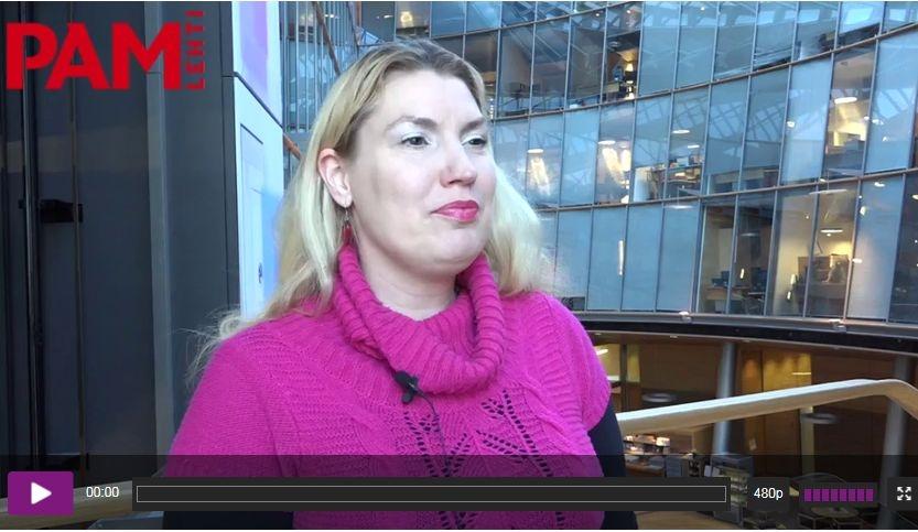 Katja Hänninen haastateltavana eduskunnan Pikkuparlamentissa. Kuva videolta (kuvaaja Pekka Sipola).