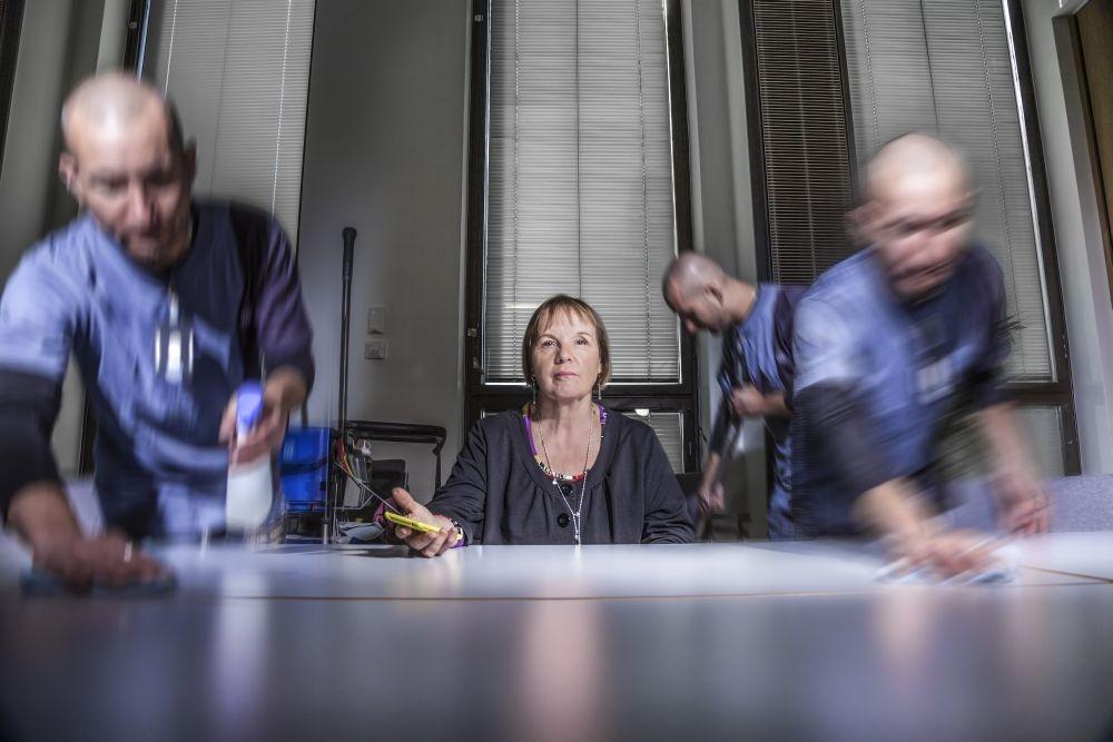 Aino-Maija Lahtela ihmettelee, miksi siivousfirmat kilpailuttavat itse itsensä kuralle. Kuva: Lassi Kaaria