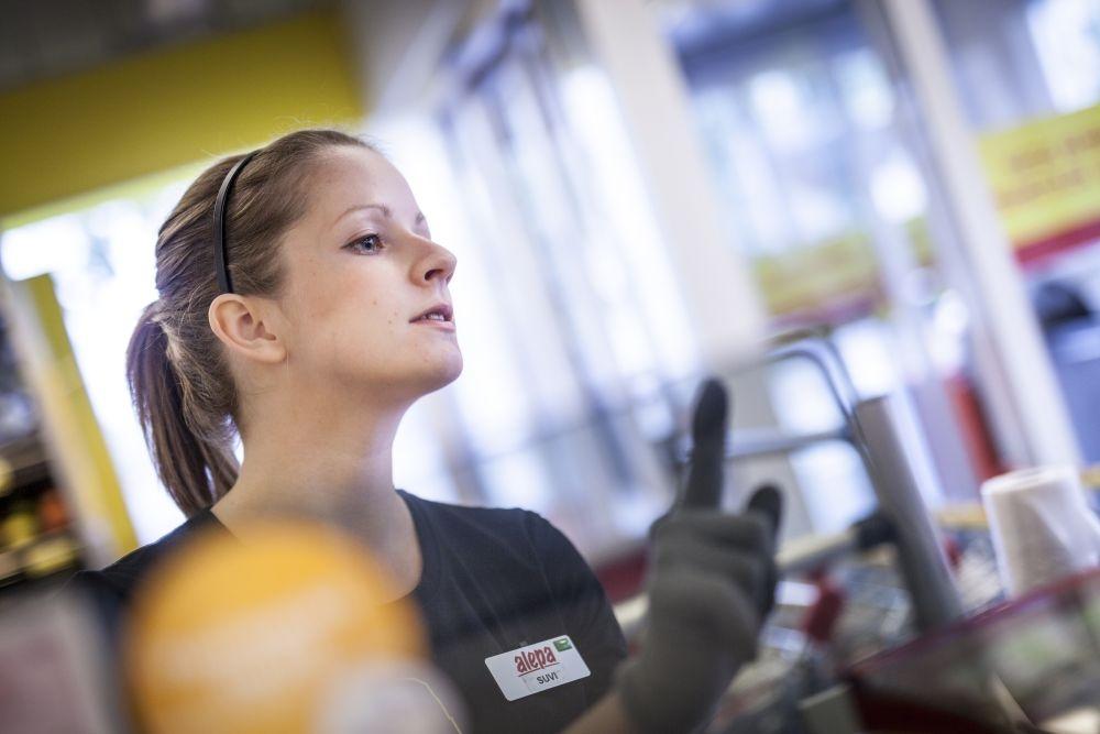 Kaupan töissä pitää aina olla valppaana, tietää Suvi Oksanen, joka on nyt kesätöissä Alepassa Helsingissä. Kuva: Lassi Kaaria
