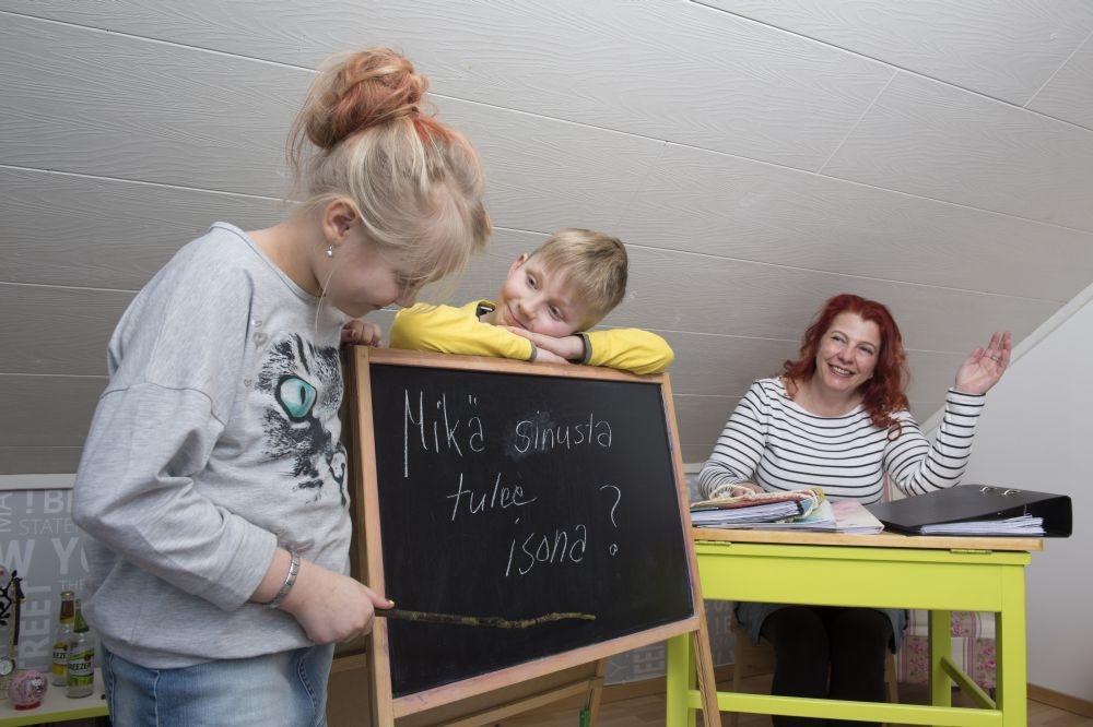Elina ja Akseli tenttaavat äitiään, Leila Salinia. Kuva: Sirpa Ryyppö