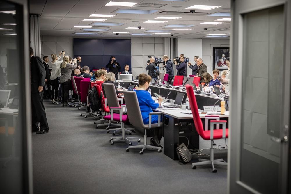 Kiky-sopimukseen osallistumisesta päättäneessä PAMin hallituksen kokouksessa vieraili myös pääministeri Juha Sipilä (kesk.) ja sitä seurasi joukko toimittajia. Kuva: Lassi Kaaria
