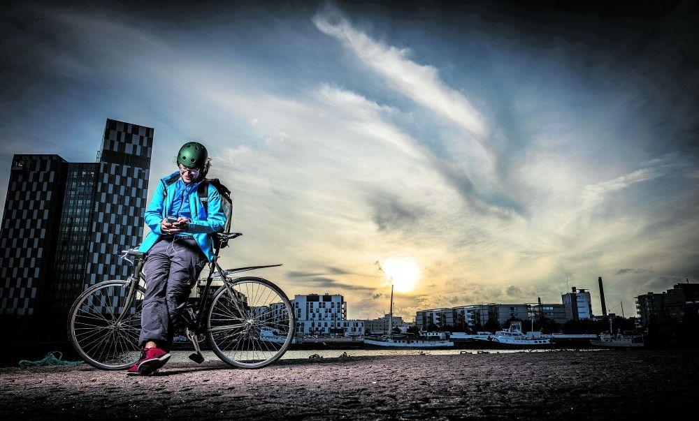 """Beni Köhler kyllästyi säännölliseen päivätyöhön ja hankki """"hyvän tsygän"""". Nyt hän ajelee lähes päivittäin kymmeniä kilometrejä ympäri Helsingin kantakaupunkia. Kuva: Lassi Kaaria"""