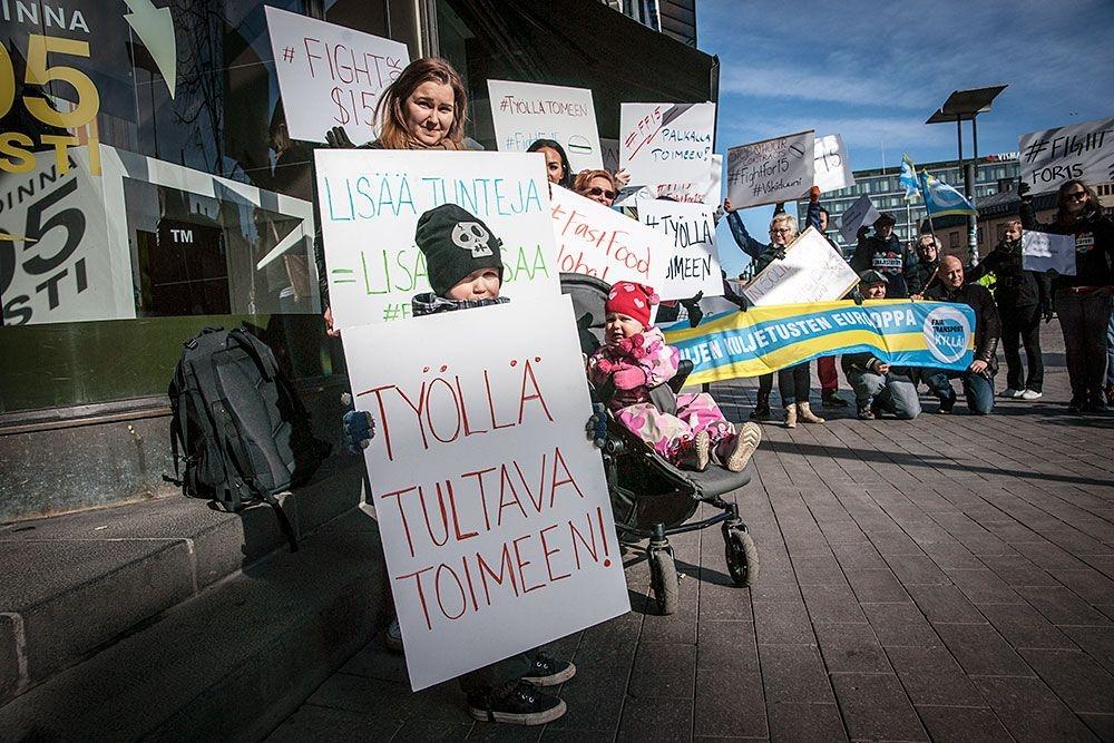 Mila Kangasniemi (vas. ylhäällä) osoitti mieltä pikaruokaravintoloiden reilujen palkkojen puolesta. Kuva: Tero Leponiemi