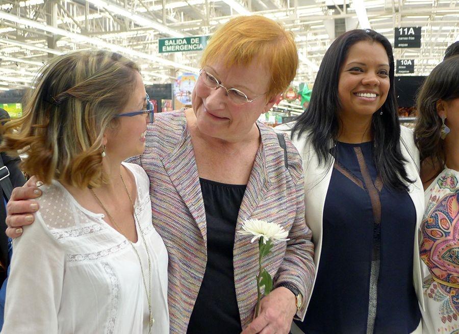 Kolumbialaisen moniyritysliiton Uniónin puheenjohtaja Luz Marina Diaz (oik.) ja presidentti Tarja Halonen tapasivat Jumbo-marketin työntekijöitä Medellinissä.