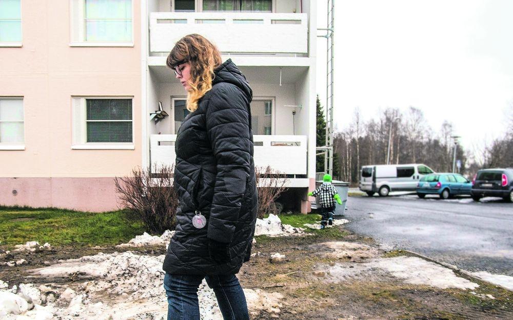 Anne-Maarit Järvinen ja Jani ovat kotiutuneet Tornioon, vaikka siellä ei ole sukulaisia eikä äidillä varmaa työtä. Kuva: Jaakko Heikkilä
