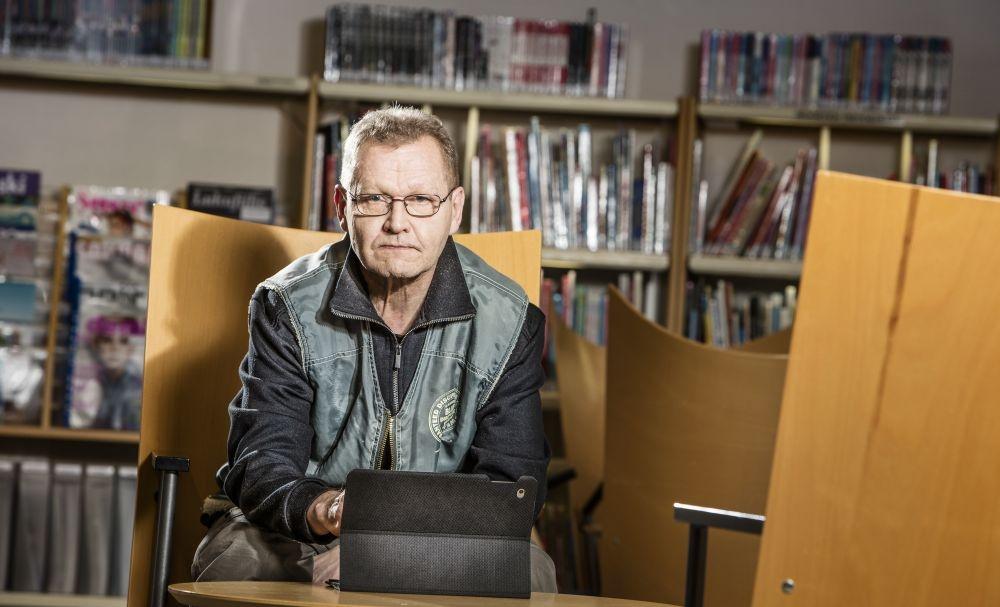Saku Timonen tuntee Juuan kirjaston hyllyt tarkkaan. Kuva: Harri Mäenpää