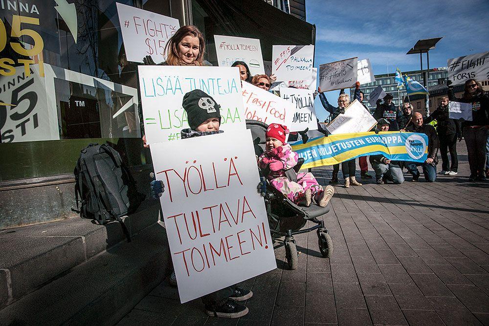 Mielenosoitus Mäkkärillä ajoi pikaruokatyöntekijöille parempaa toimeentuloa