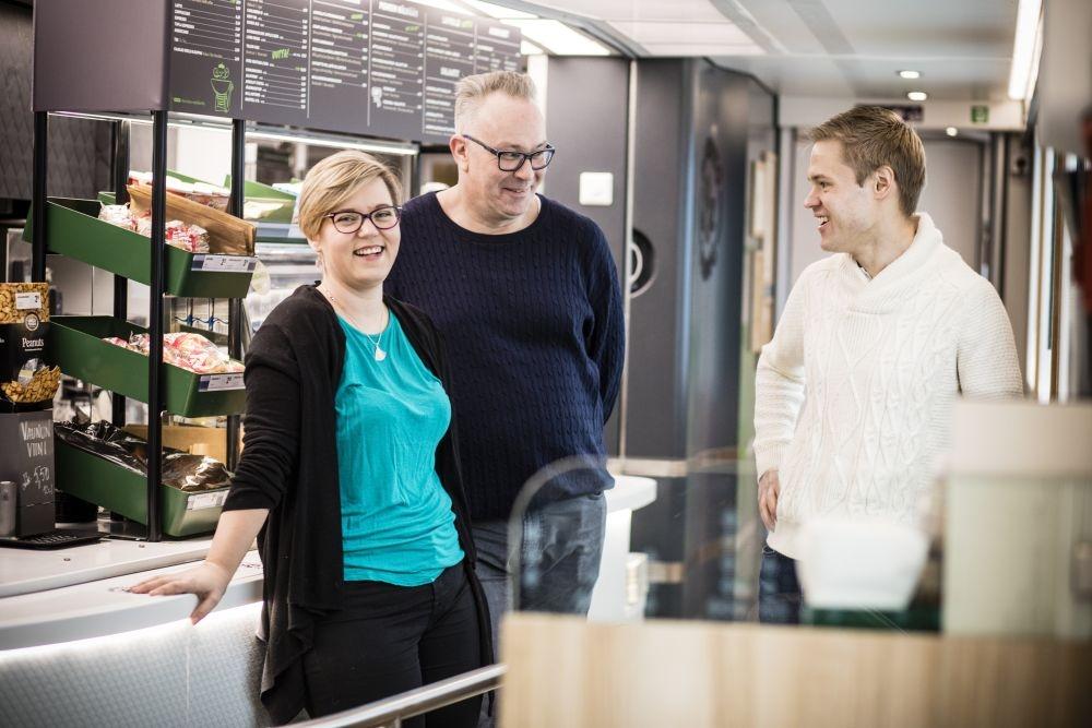 Junatarjoilija Carola Nurmi-Aro, pääluottamusmies Kimmo Vanhala ja henkilöstöpäällikkö Jaakko Rantala olivat mukana Avecran työvuorosuunnittelun uudistamishankkeessa. He myöntävät, että työtä on edelleen jäljellä, vaikka paljon onkin saatu aikaan. Kuva: Eeva Anundi