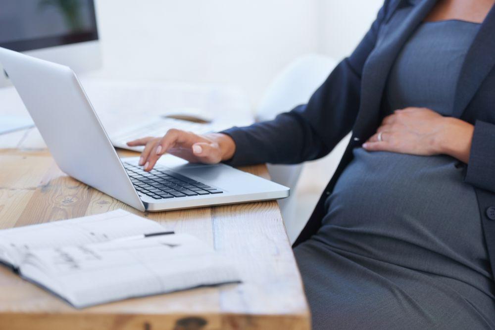 Lain mukaan raskaus, perhevapaa tai vanhemmuus eivät saa vaikuttaa työhönottopäätökseen. Kuva: gettyimages