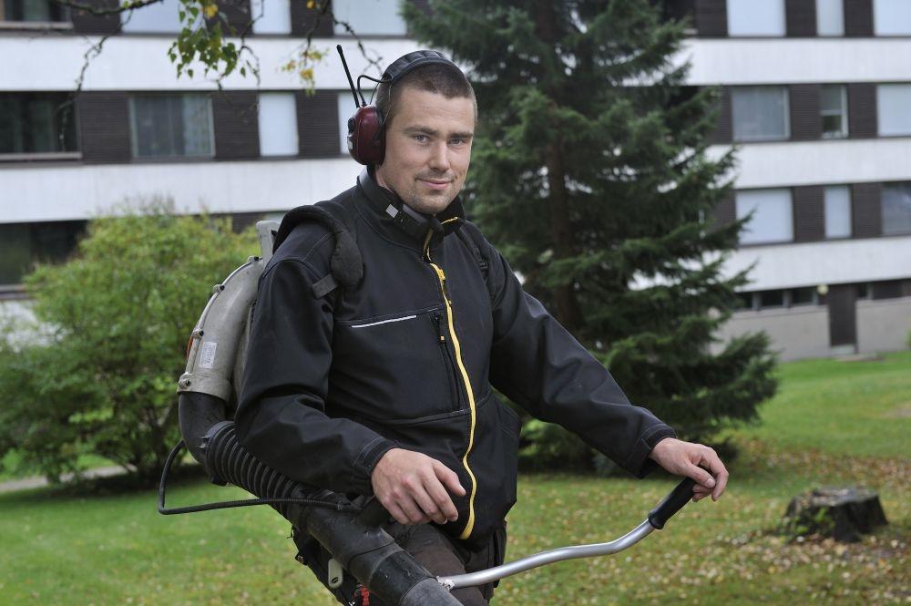 Jani-Pekka Lindroth suorittaa kiinteistönhoitajan tutkintoa oppisopimuksella. Hän liittyi PAMiin, koska vaihtoi alaa. Kuva: Harri Nurminen