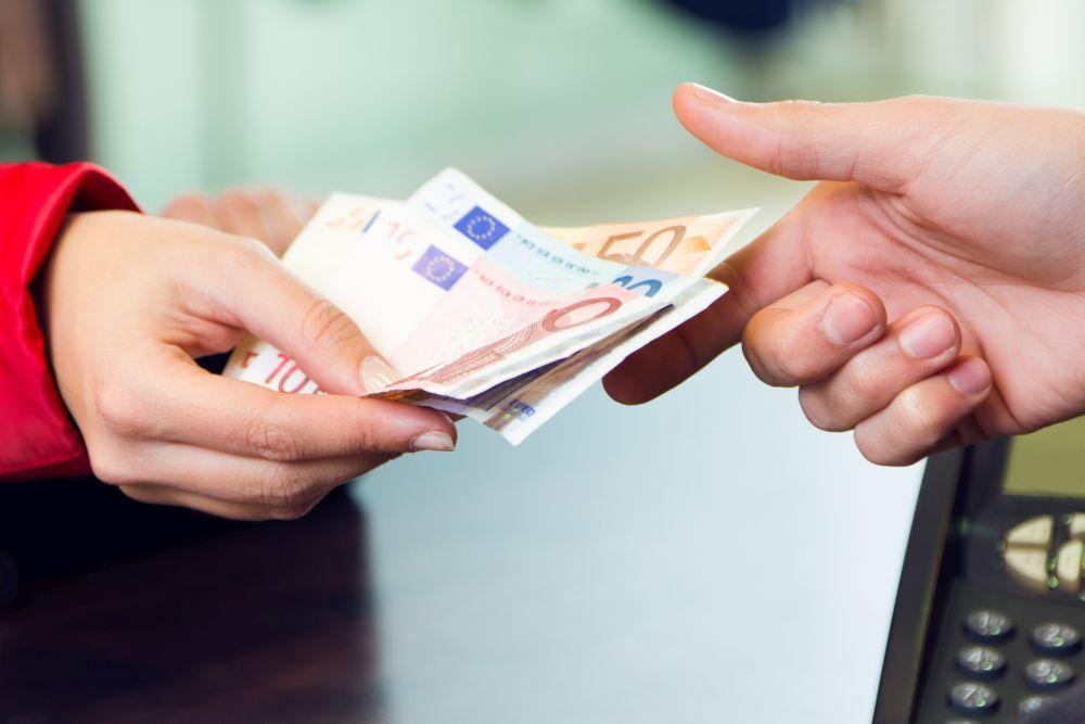 Yhteiskunta maksaa, kun palkka ei riitä