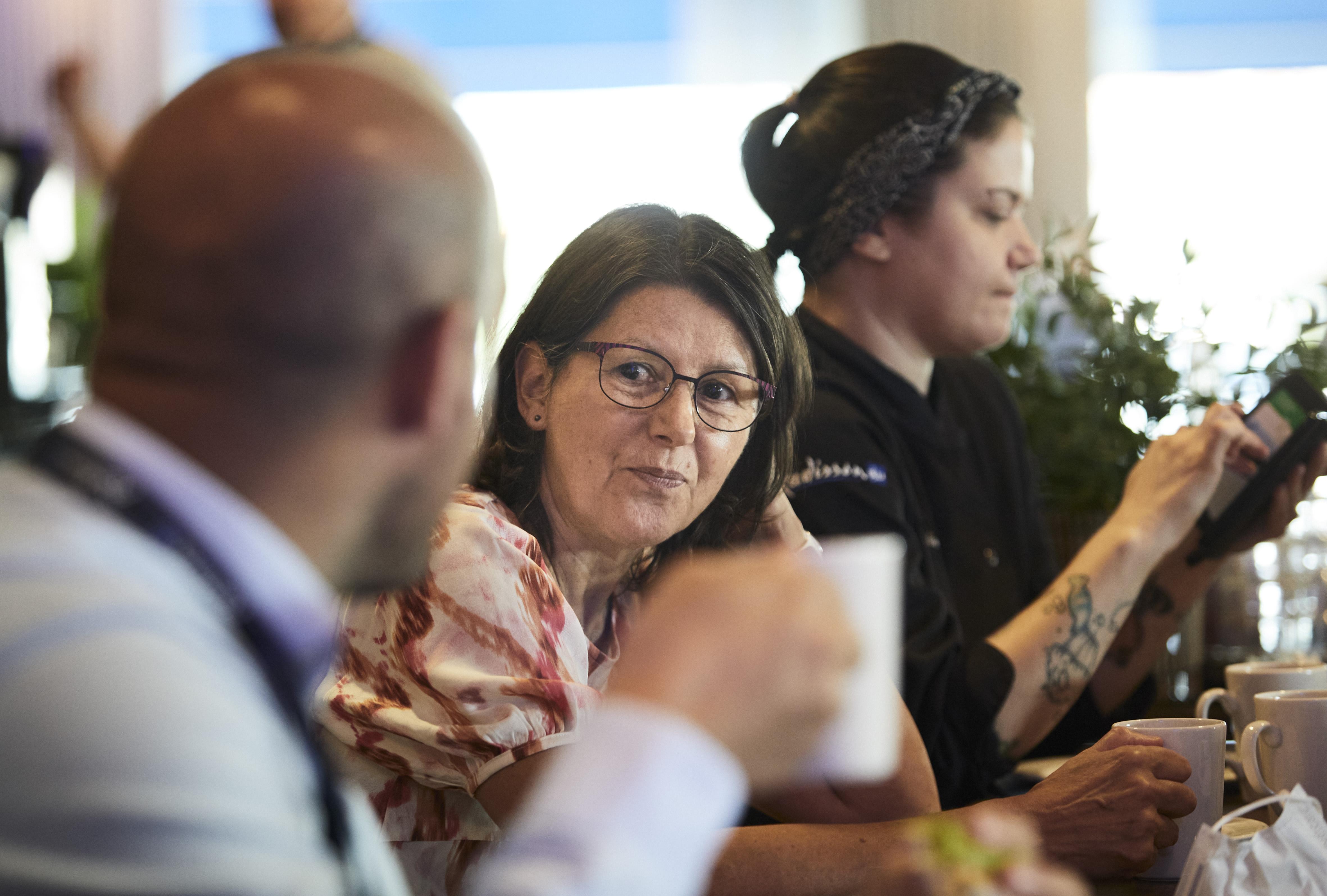 Kaija Jäntti keskustelee tarjoilija Ilay Aydinin kanssa.Hän hoitaa työasiat mieluummin kasvotusten kuin muiden viestintävälineiden avulla.  Ⓒ ©Kai Tirkkonen
